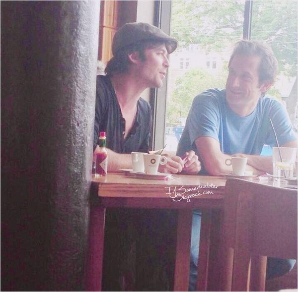 Ian est arriver a Bruxelles cette après midi, il a été vu dans un café. | Le 08 mai 2014.