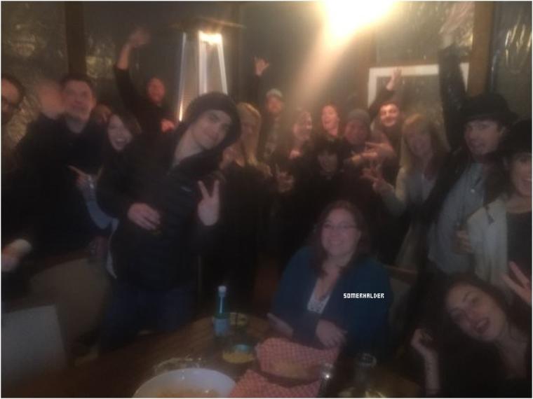 8 février->Julie Plec a publié cette photo sur son compte twitter, Ian était présent avec Nikki pour regarder le super bowl.
