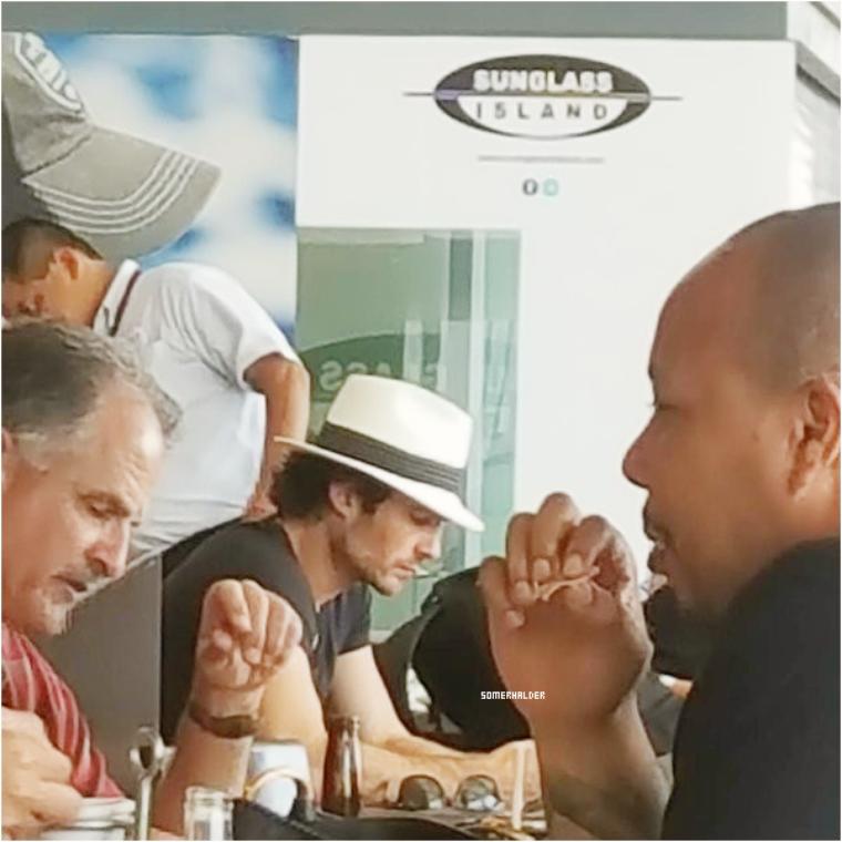 Ian et Nikki sont en vacances a Cabo, Mexique. Photo par une fan dans un resto le 4 mai.