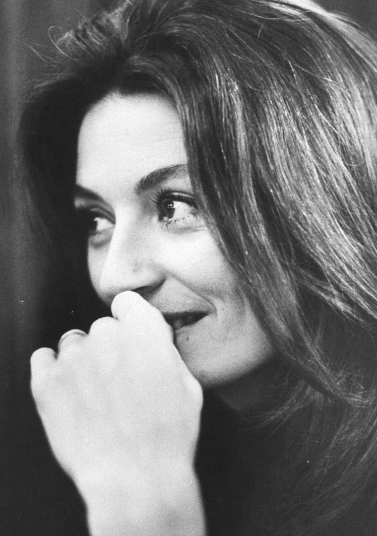 1967, le photographe Bill EPPRIDGE prend en photo la belle Anouk AIMEE à Paris, notamment avec son mari Pierre BAROUH.