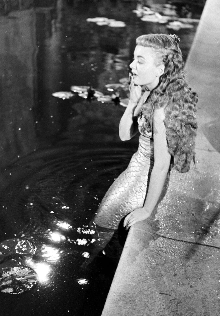 """Ann BLYTH en petite sirène sur le tournage du film """"Mr Peabody and the mermaid"""" de Nunnally JOHNSON en Février 1948 sous l'oeil du photographe Loomis DEAN."""