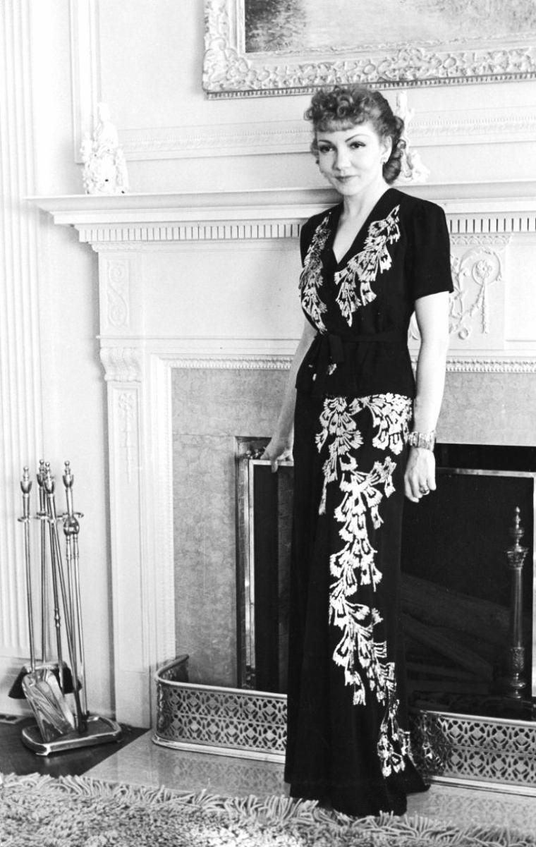 Deux photos de Claudette COLBERT prisent en Novembre 1939 par Alfred EISENSTAEDT à Los-Angeles.