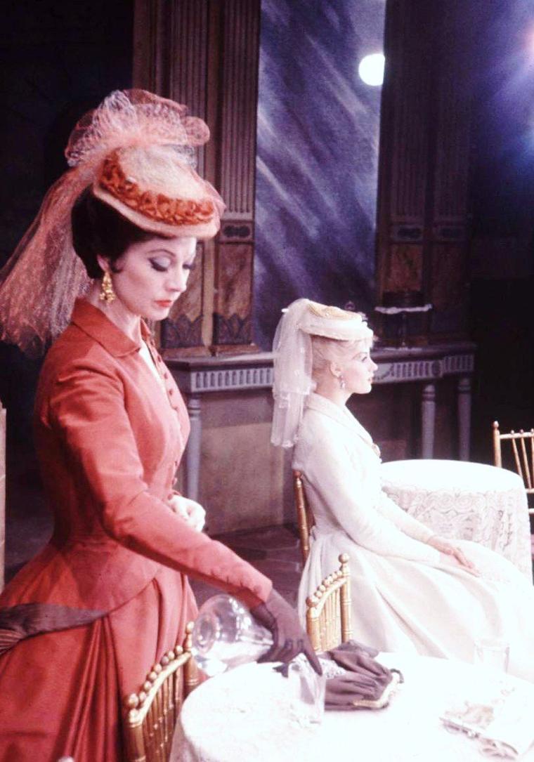"""1958, d'après une mise en scène de Jean Louis BARRAULT, Vivien LEIGH et Mary URE jouent au théâtre """"Helen HAYES"""" la pièce """"Duel of angels""""... Les photos sont signées Leonard McCOMBE. On trouve également dans la pièce en actrices féminines, Claire BLOOM et Ann TODD."""