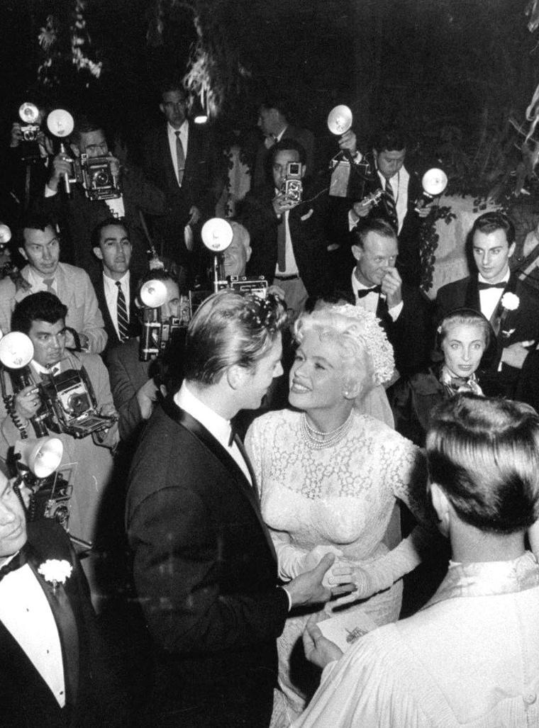 Hollywood 1958, Mickey HARGITAY et Jayne MANSFIELD se disent OUI parmi la foule d'admirateurs sous l'oeil de Ralph CRANE.