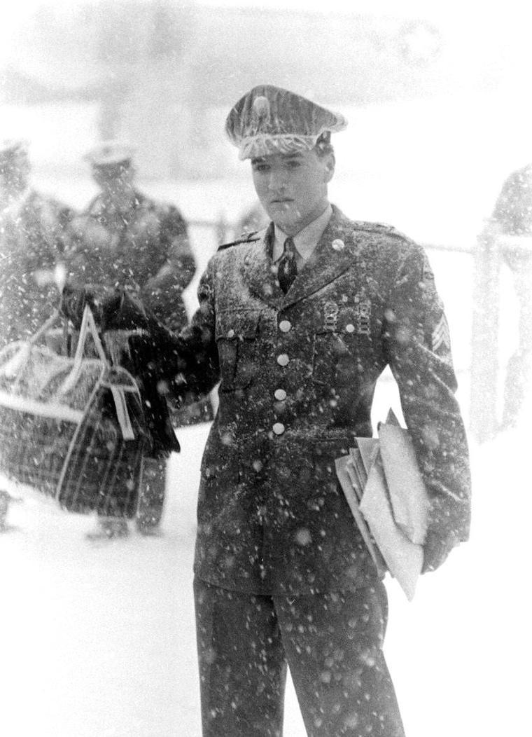 C'est sous une tempête de neige qu'Elvis PRESLEY débarque en Allemagne en 1958 afin d'y effectuer son service militaire... Une conférence de presse s'ensuivra, tout ça sous l'oeil du photographe Al FENN.