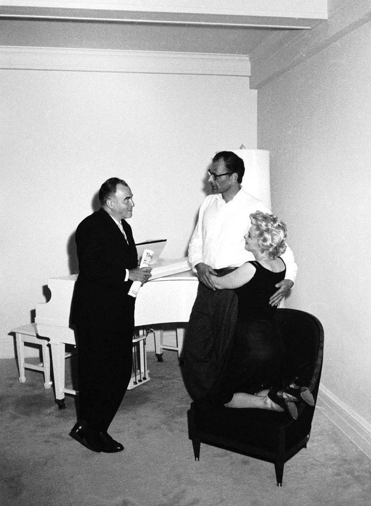 22 Mai 1958, le producteur Kermit BLOOMGARDEN rend visite au couple Arthur MILLER et Marilyn MONROE dans leur appartement de New-York... Les photos sont de Robert W. KELLEY.