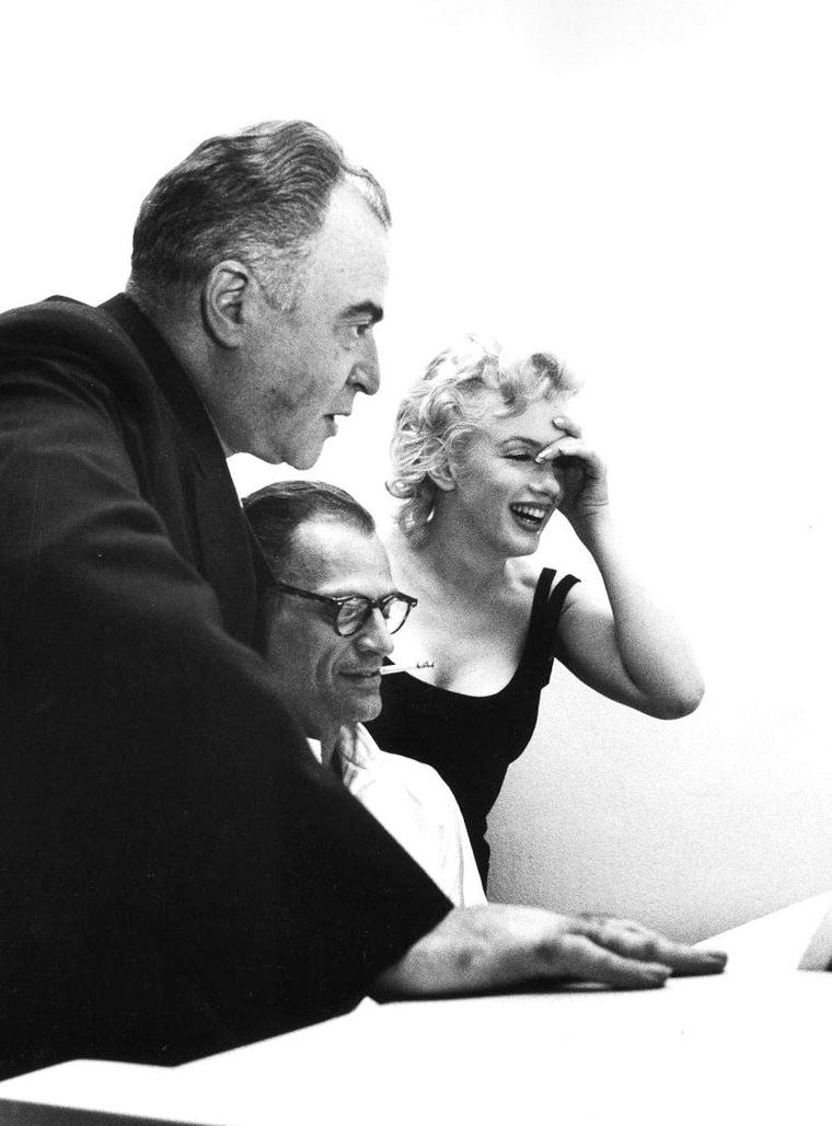 22 Mai 1958, le producteur Kermit BLOOMGARDEN rend visite au couple Arthur MILLER et Marilyn MONROE dans leur appartement de New-York... Les photos sont de Robert W. KELLEY.