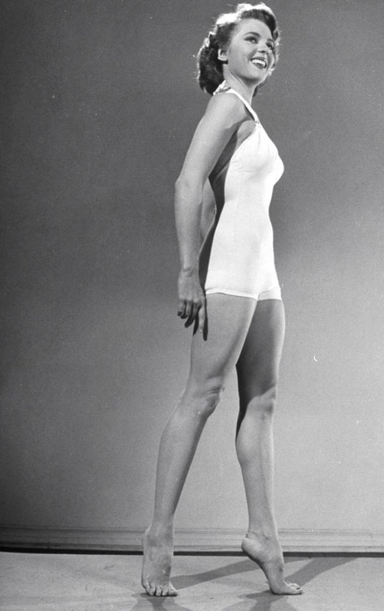 Quatre starlettes posant pour Ed CLARK en 1950 (de haut en bas) Peggy CASTLE (2 premières photos) / Piper LAURIE / Yvonne De CARLO / Peggy DOW.