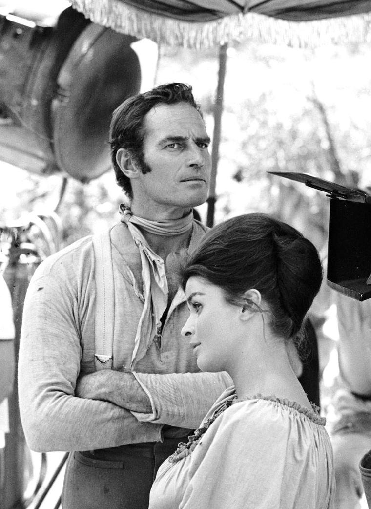 "Senta BERGER et Charlton HESTON en 1964 à Cuernavaca au Mexique lors du tournage du film ""Major Dundee"" de Sam PECKINPAH (le film sortira en 1965) ; les photos sont de Bill RAY."