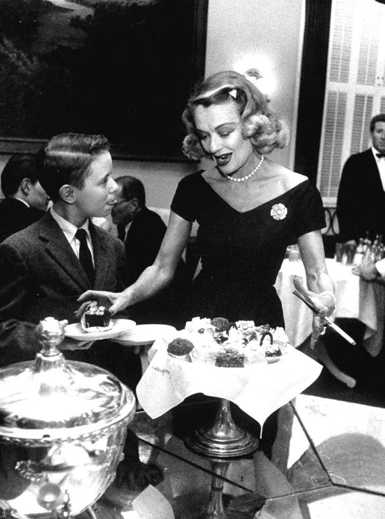 Constance BENNETT au restaurant, à Chicago, en 1958, photographiée par Francis MILLER.