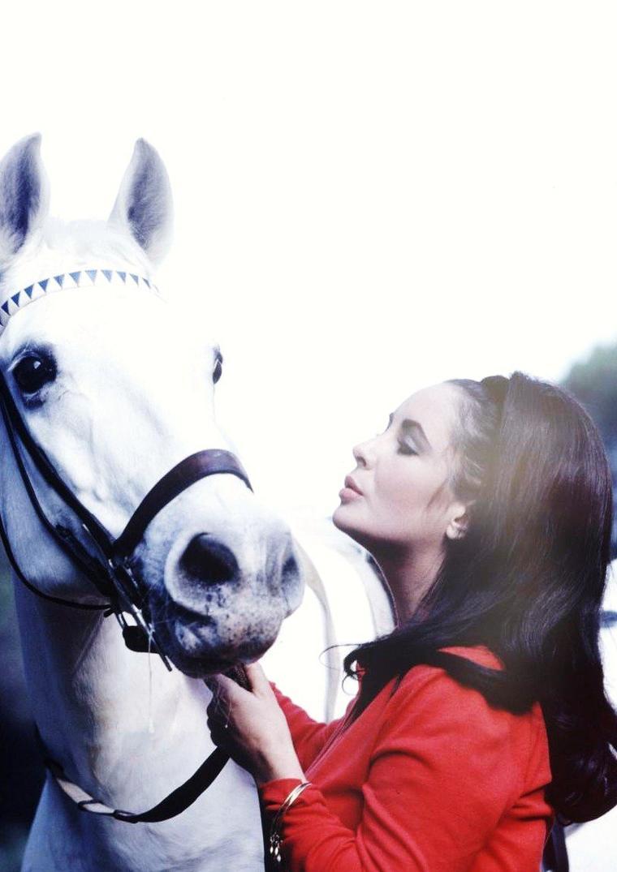 """Elizabeth TAYLOR à cheval lors du tournage du film """"Reflets dans un oeil d'or"""" de John HUSTON en 1967. Photos signées Loomis DEAN."""