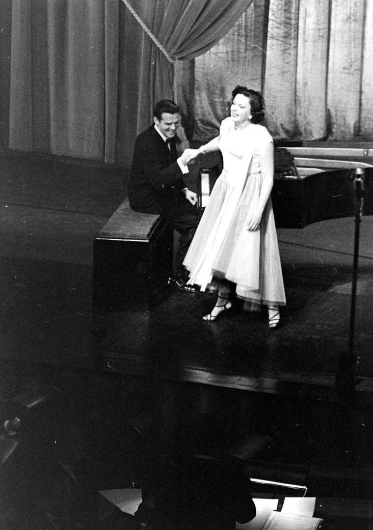 """Judy GARLAND dans sa loge au """"Palladium"""" où elle doit se produire pour plusieurs récitals, en Avril 1951. Photos de Cornell CAPA."""