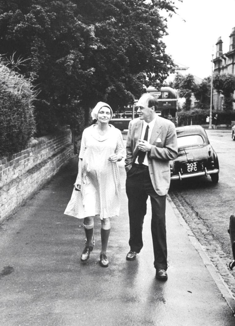 Patricia NEAL chez elle en famille en Angleterre, notamment avec son mari Roald DAHL, en 1965 photographiée par Leonard McCOMBE.