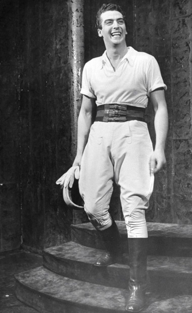 """Victor MATURE dans divers costumes dont 1 photo aux côtés de Gene TIERNEY au """"Stork-Club"""" à New-York en 1941. Photos signées Alfred EISENSTAEDT."""