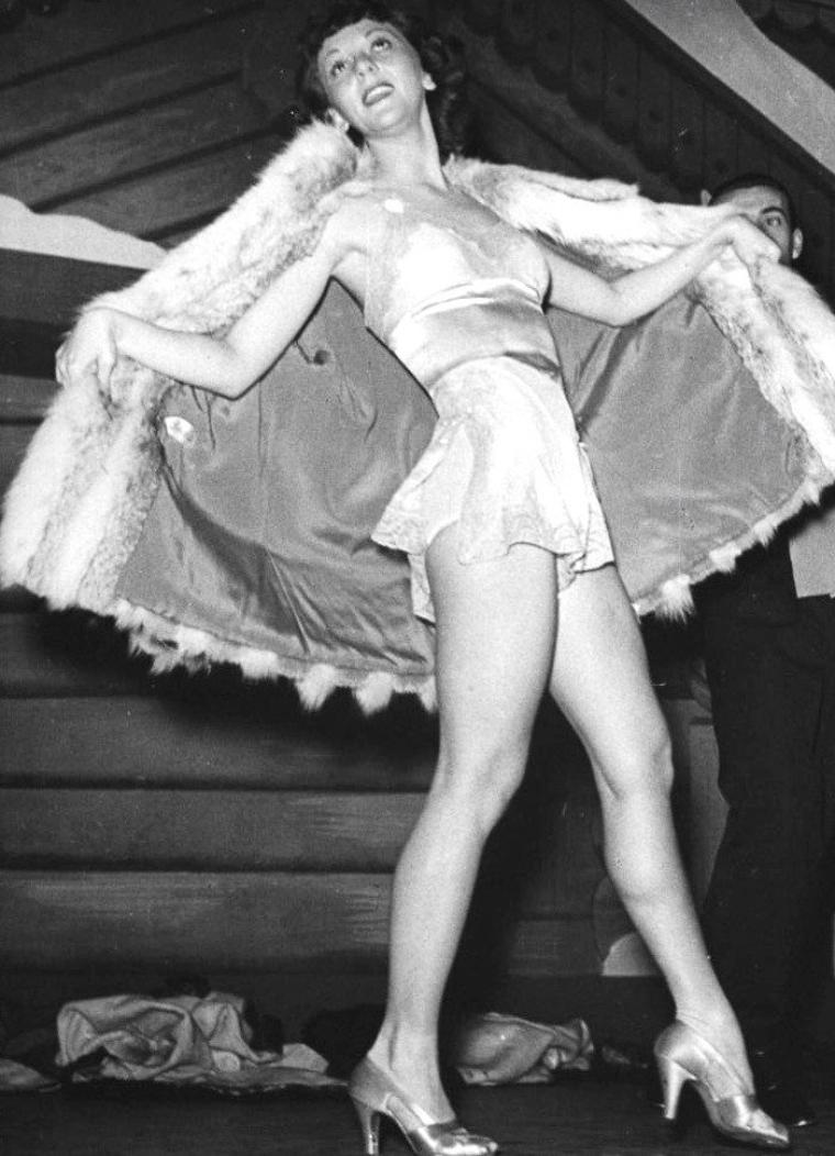 "Mary MARTIN improvisant un strip-tease en chantant ""My heart belongs to daddy"" dans une comédie musicale intitulée ""Live it to me"" à Broadway, New-York, Décembre 1938. Gene KELLY fera partie du spectacle. Photos signées Alfred EISESTAEDT."