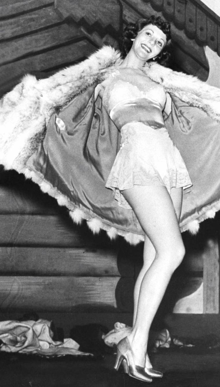 """Mary MARTIN improvisant un strip-tease en chantant """"My heart belongs to daddy"""" dans une comédie musicale intitulée """"Live it to me"""" à Broadway, New-York, Décembre 1938. Gene KELLY fera partie du spectacle. Photos signées Alfred EISESTAEDT."""