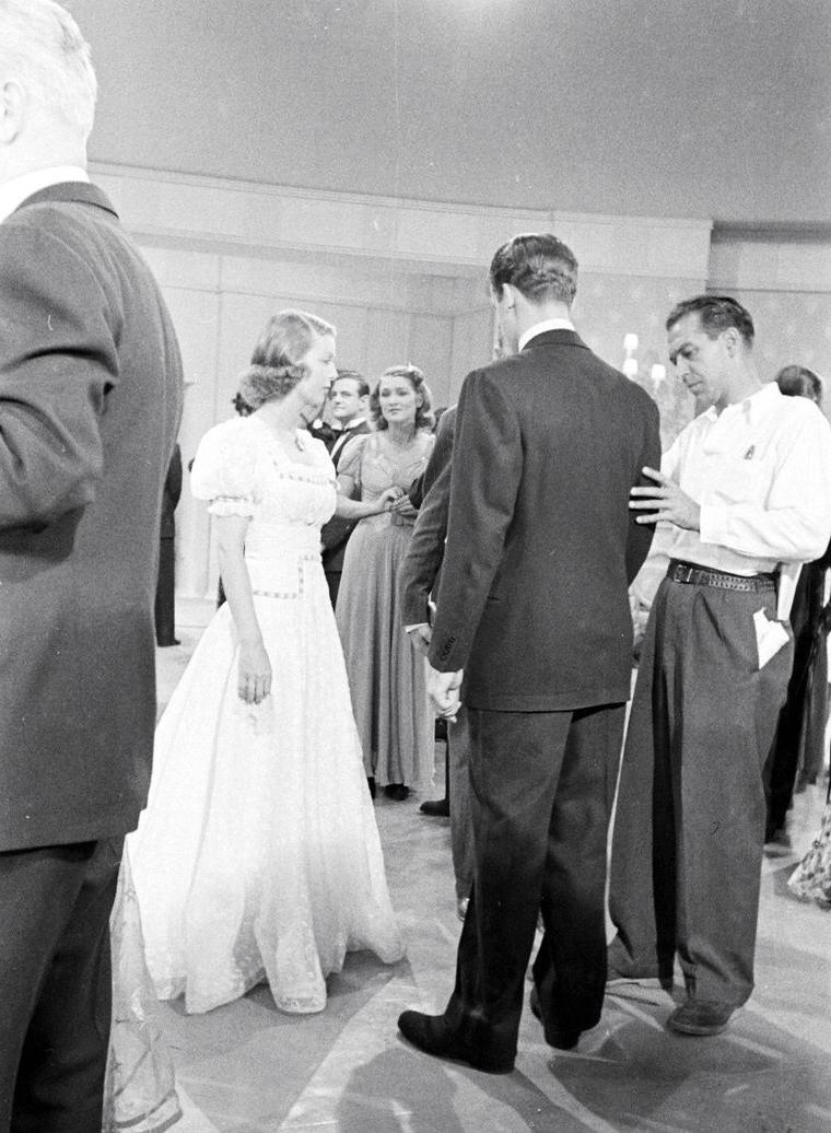 "Loretta YOUNG en plein tournage du film ""Kentucky"" de David BUTLER, en 1938, photographiée par Alfred EISENSTAEDT."