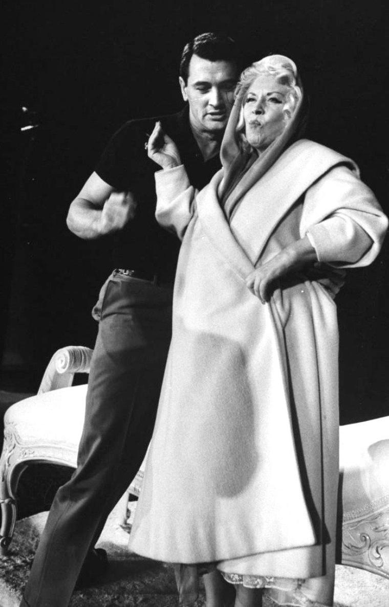 Mäe WEST et Rock HUDSON lors de la 30ème cérémonie des Oscars le 26 Mars 1958 photographiés par Leonard McCOMBE.