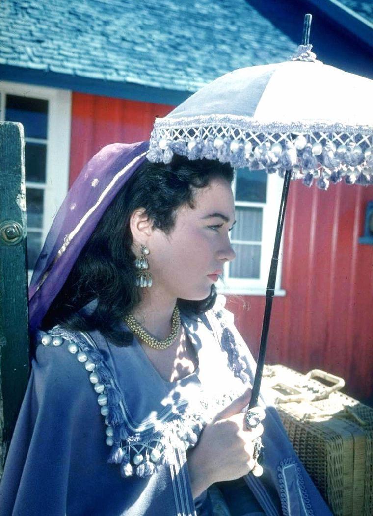"""Gjon MILI se rend à DURANGO (U.S.) en 1955 sur le tournage du film """"Around the world in 80 days"""" (Le tour du monde en 80 jours) de Michaël ANDERSON afin d'y photographier les acteurs ; de haut en bas : David NIVEN / Cesar ROMERO / George RAFT / Marlene DIETRICH / Luis Miguel DOMINGUIN / Gilbert ROLAND / Cantinflas / Shirley MacLAINE."""