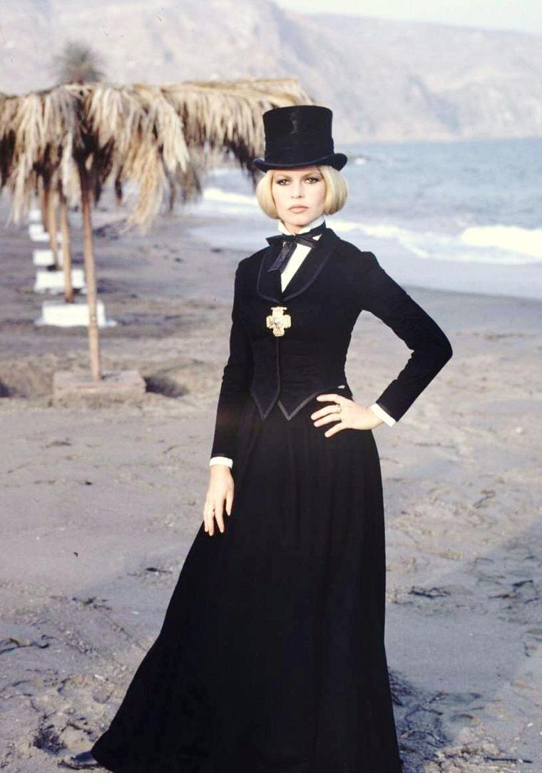 """Brigitte BARDOT photographiée par Bill RAY en 1968 sur le tournage du film """"Shalako"""" d'Edward DMYTRYK."""