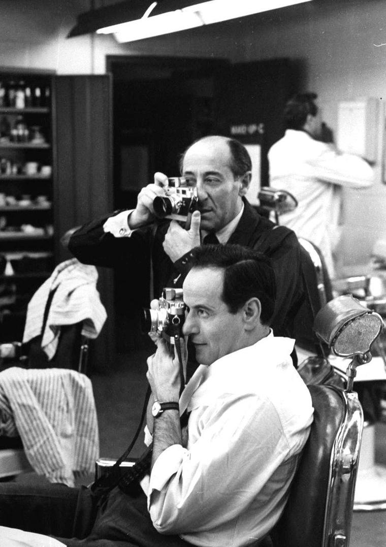 Eli WALLACH et le photographe Alfred EISENSTAEDT sous l'objectif de Peter STACKPOLE en 1959.