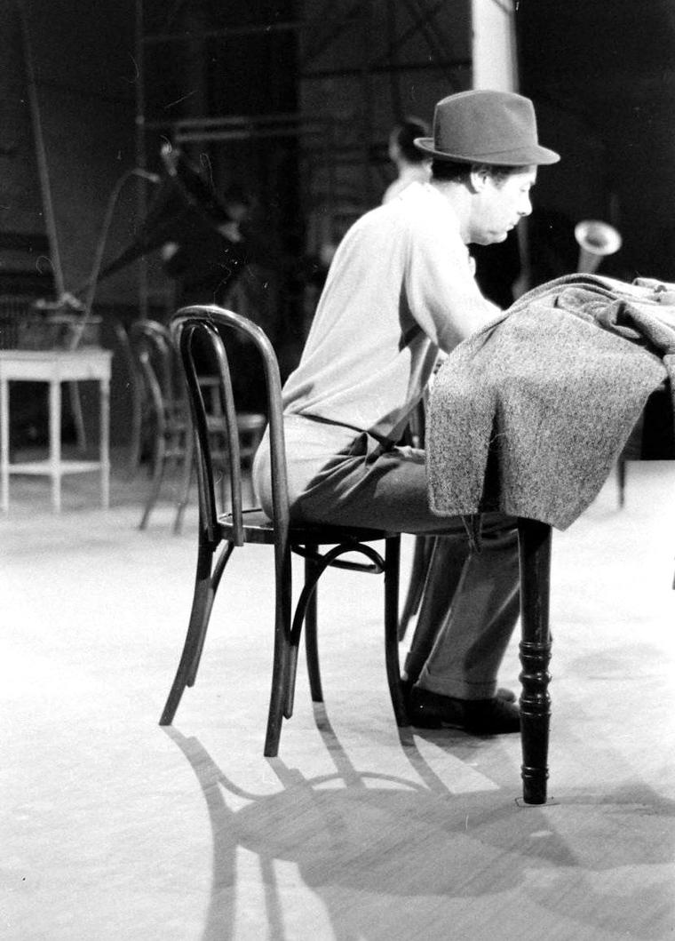 "1960, Rex HARRISON et Julie ANDREWS en pleine répétition dans la comédie musicale d'Allan Jay LERNER ""My fair lady"", comédie musicale créée au ""Mark Hellinger Theatre"" de Broadway le 15 Mars 1956. Les photos sont de Gordon PARKS."