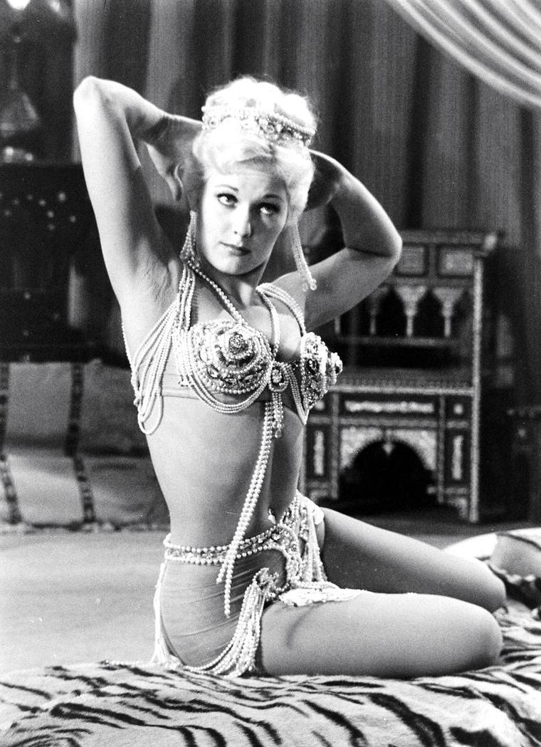 "Kim NOVAK pose pour J R EYERMAN lors du tournage du film ""Jeanne Eagels"" de George SIDNEY en 1957."