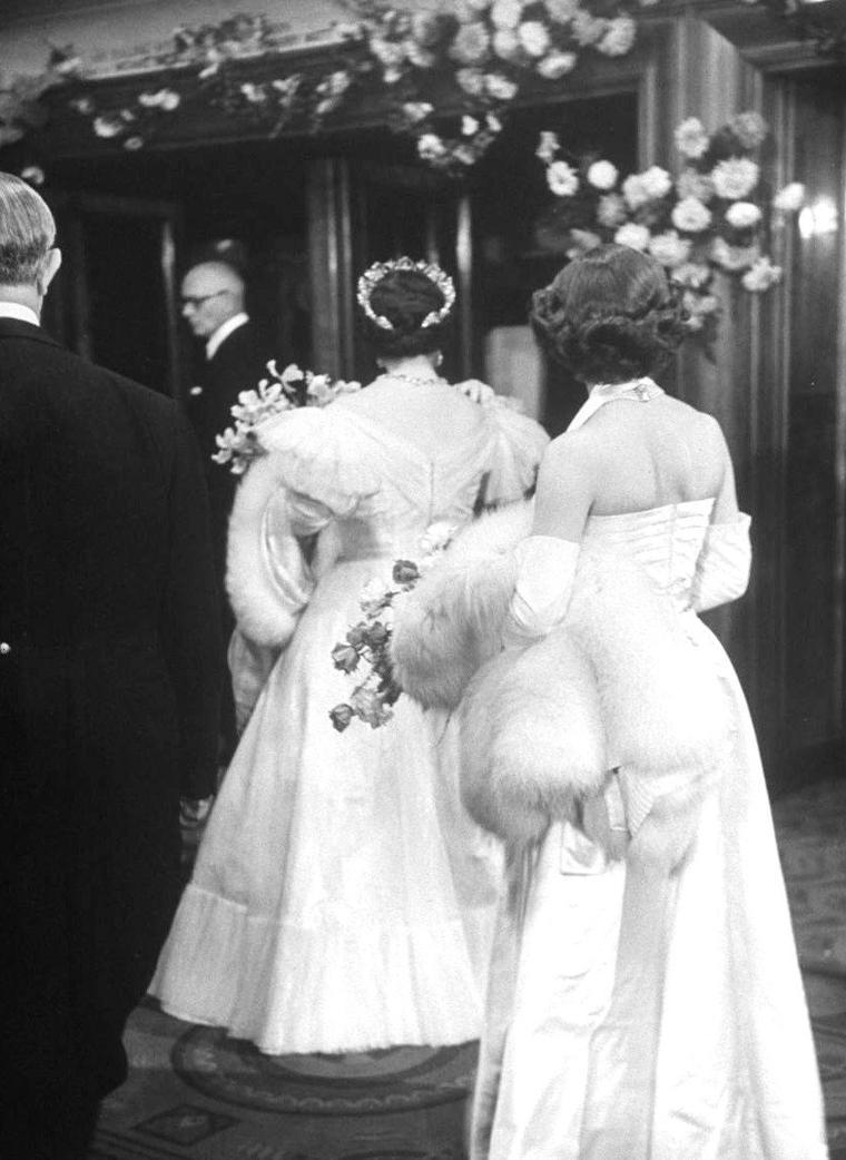 """1951, soirée royale avec la Reine Elizabeth (mère) et sa fille la Princesse Margaret-Rose organisée à la """"Royal film performance"""" à Londres consistant à leur présenter diverses stars, telles Lizabeth SCOTT, Jane RUSSELL, Margaret RUTHERFORD, Joan RICE, John MILLS, Merle OBERON, Fred MacMURRAY, Peter LAWFORD et Burt LANCASTER. Photos signées Alfred EISENSTAEDT."""