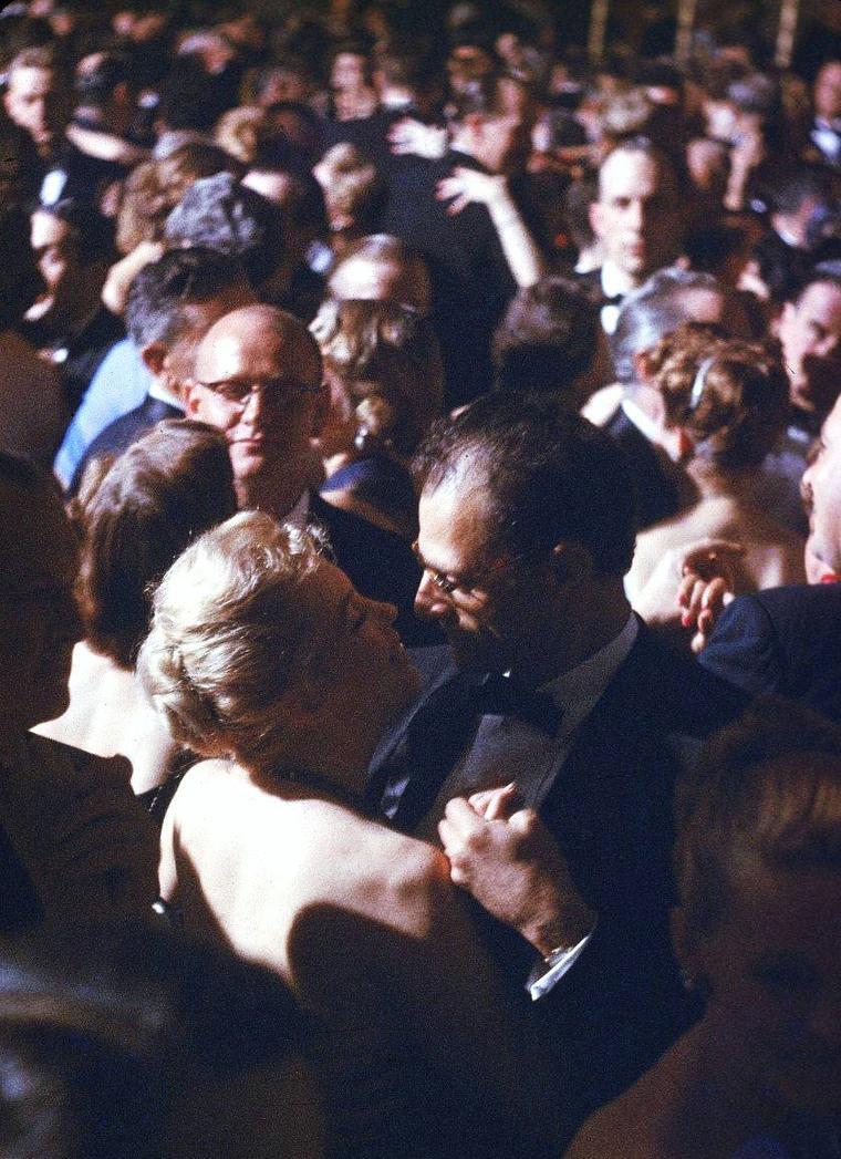 Marilyn MONROE et son mari Arthur MILLER lors d'un diner en compagnie notamment de l'Ambassadeur Winthrop ALDRICH, à New-York en 1957, sous l'objectif de Peter STACKPOLE.