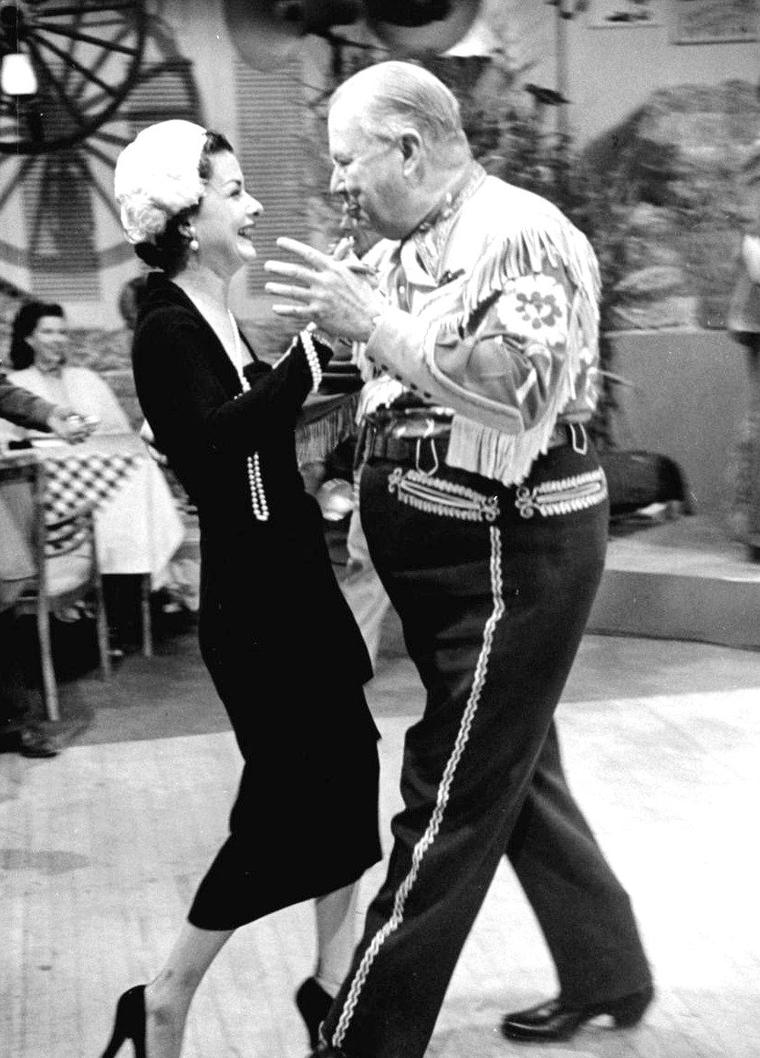 En Mars 1950, Charles COBURN fête son anniversaire, toujours bien entouré, notamment avec les actrices Joan BENNETT, Yvonne De CARLO, Spring BYINGTON, Piper LAURIE ou encore Ruth HUSSEY, tout cela sous l'oeil d'Allan GRANT.