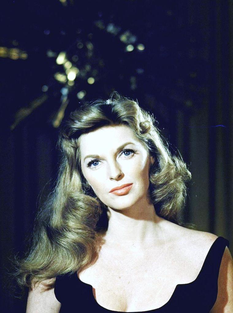 Une journée avec Julie LONDON en 1957 à Los-Angeles sous l'objectif de Leonard McCOMBE.