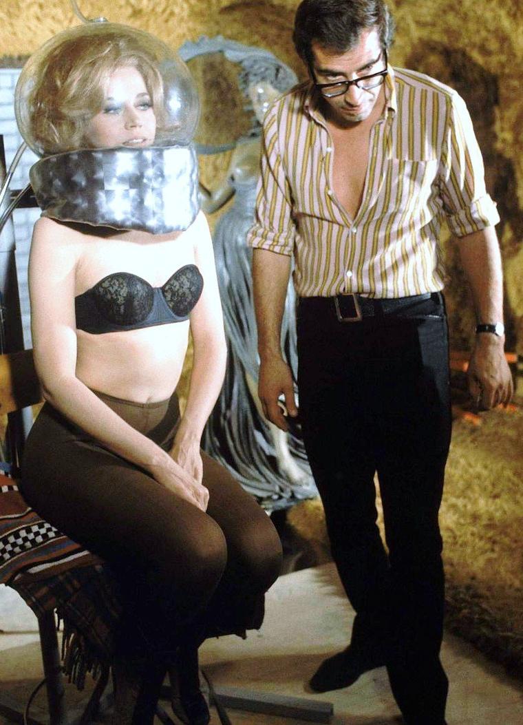"Roger VADIM dirigeant alors sa femme de l'époque, Jane FONDA dans le film ""Barbarella"" en 1967, Rome. Photos signées Carlo BAVAGNOLI."