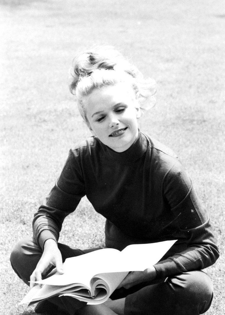 Lee REMICK lisant un script en 1962 sous l'objectif d'Allan GRANT.