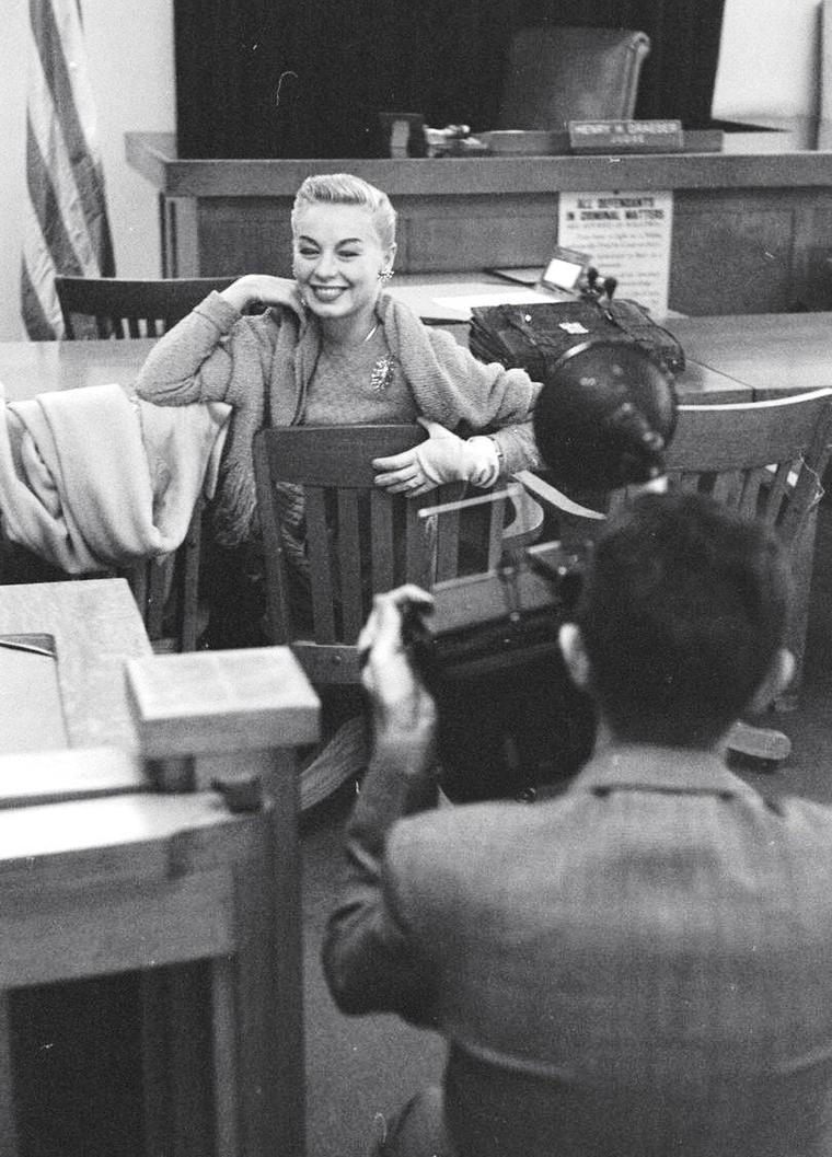 Novembe 1951, Lili St CYR au tribunal pour avoir poser pour des photos un peu trop suggestives pour les bonnes moeurs de l'époque, sous l'objectif d'Ed CLARK. Les ligues de censures omniprésentes en ce temps à Hollywood.