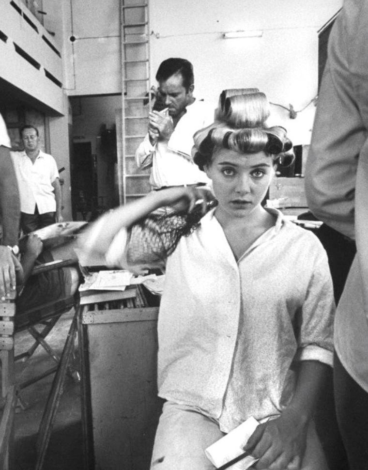 """Le 16 Octobre 1963, Gjon MILI photographie à Mismaloya au Mexique, les acteurs lors du tournage du film de John HUSTON, """"La nuit de l'iguane"""" ; on peux y voir la jeune Sue LYON et son fiancé Hampton FANCHER III aux côtés de Richard BURTON, ou encore Elizabeth TAYLOR venue accompagner son mari Richard BURTON."""