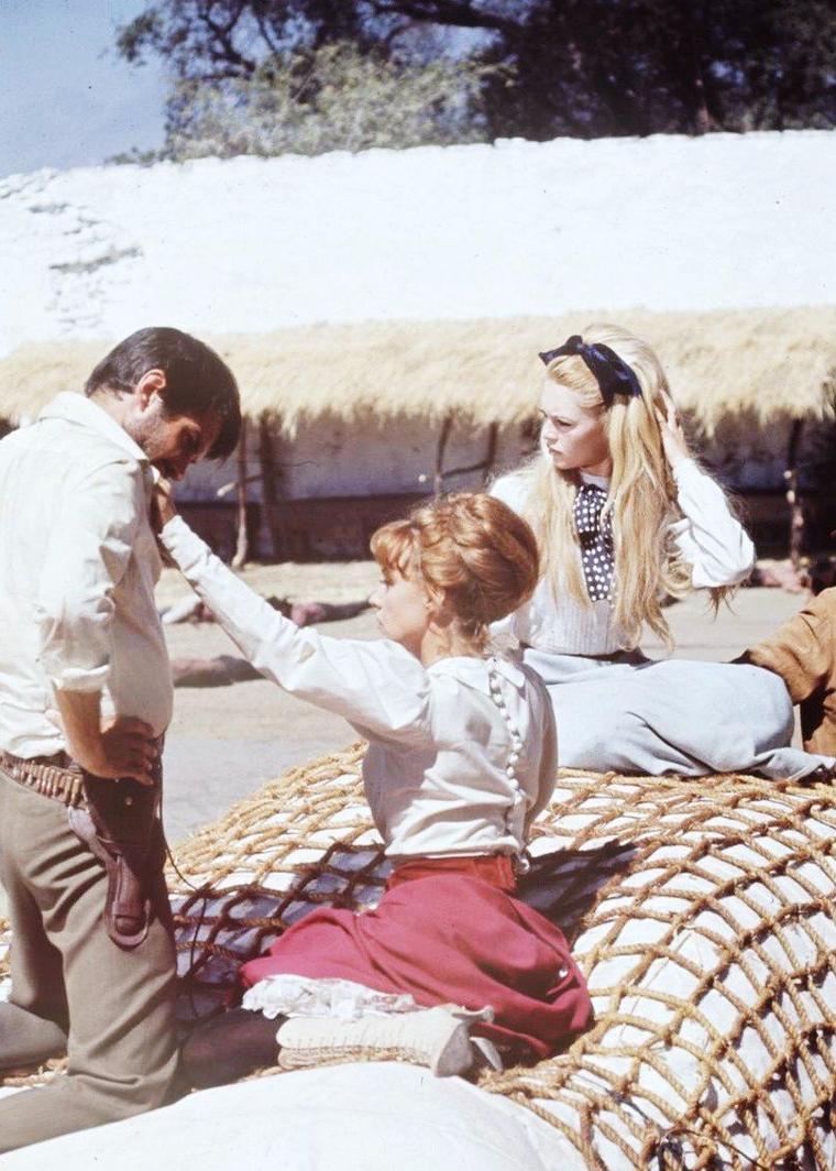 """Brigitte BARDOT et Jeanne MOREAU photographiées en 1965 par Ralph CRANE lors du tournage du film de Louis MALLE, """"Viva Maria""""."""