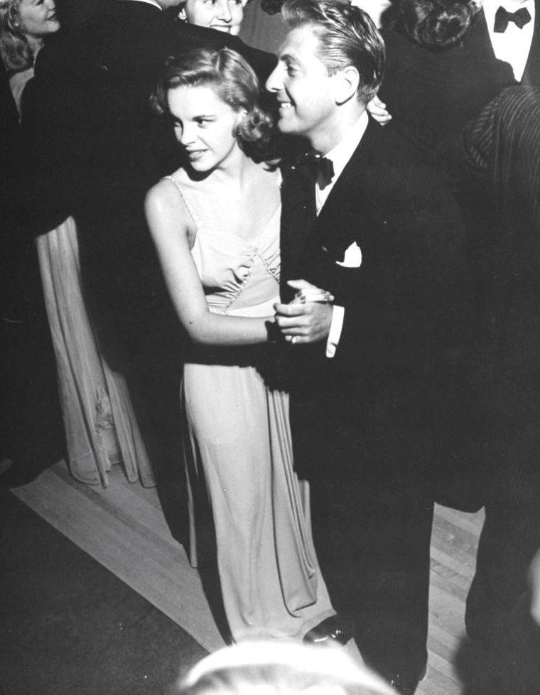 """Hollywood 1942, Première du film """"The talk of the town"""" (La justice des hommes) de George STEVENS où les stars se pressent ; on peut y voir, de haut en bas, sous l'oeil de John FLOREA, Jack OAKIE et sa lanterne amusant la """"galerie"""", Vera ZORINA et Samuel GOLDWYN, Ronald COLMAN et sa femme Benita HUME, la starlette Fay McKENZIE entourée de Pat O'BRIEN, Herbert MARSHALL et Don AMECHE, Judy GARLAND et son mari David ROSE, Lillian HARVEY aux côtés du grand Igor STRAVINSKY."""