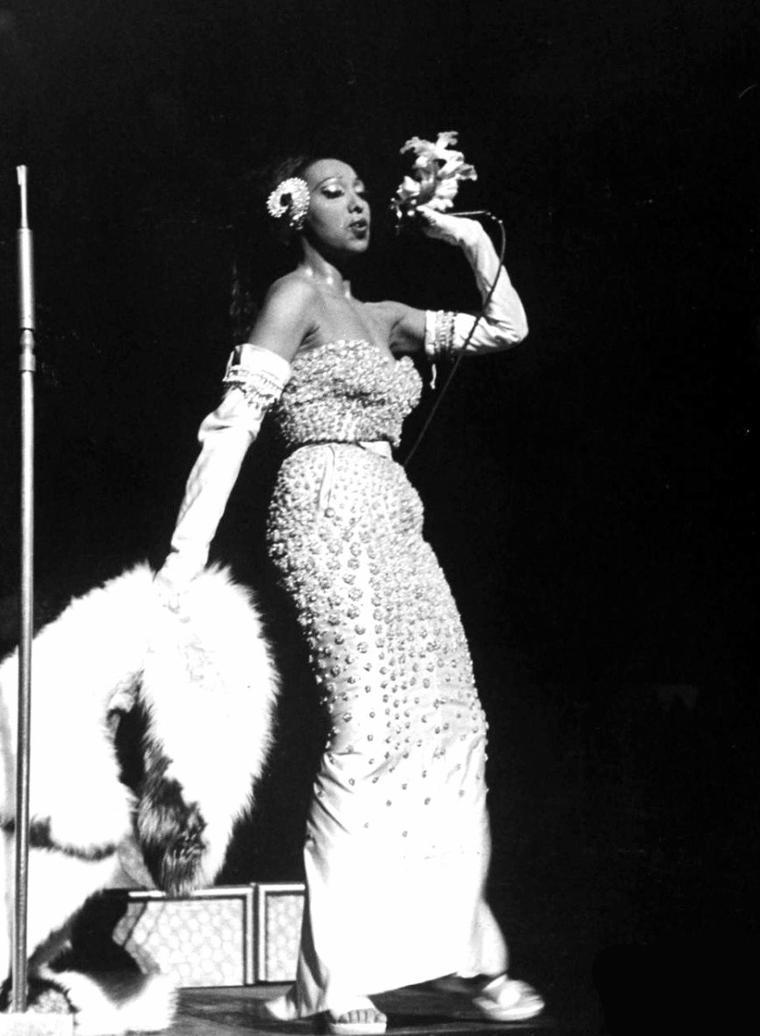 """Le 10 Mars 1951, sous l'objectif d'Alfred EISENSTAEDT, Josephine BAKER fait son """"show"""" à New-York."""