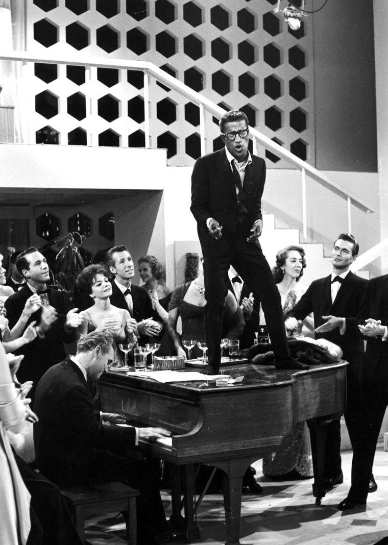 """En Octobre 1959, plusieurs stars participent à un show T.V. donné par la C.B.S., """"The big party"""" ; on peut y voir notamment, (de haut en bas) Rock HUDSON et Tallulah BANKHEAD / Tallulah BANKHEAD au téléphone / Sammy DAVIS Jr et Tallulah BANKHEAD / Rock HUDSON, Esther WILLIAMS et Tallulah BANKHEAD / Sammy DAVIS Jr (2 photos) / Esther WILLIAMS / Mort SAHL. (photos signées Peter STACKPOLE)."""