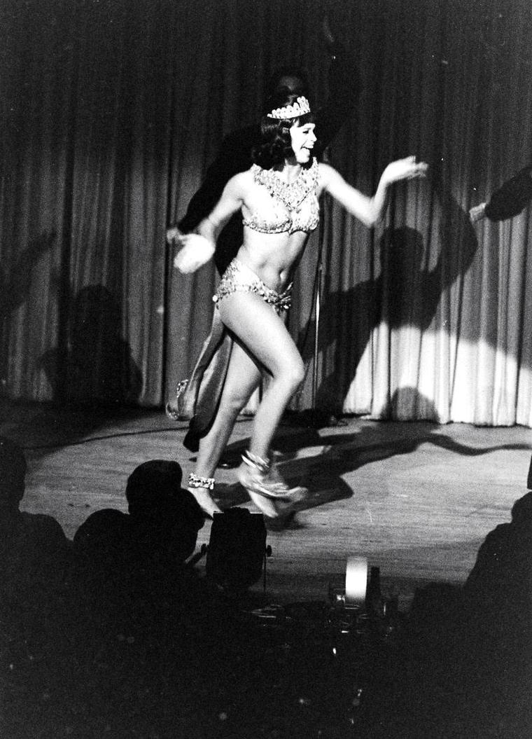 Juliet PROWSE en plein show sous l'objectif d'Allan GRANT en 1962.