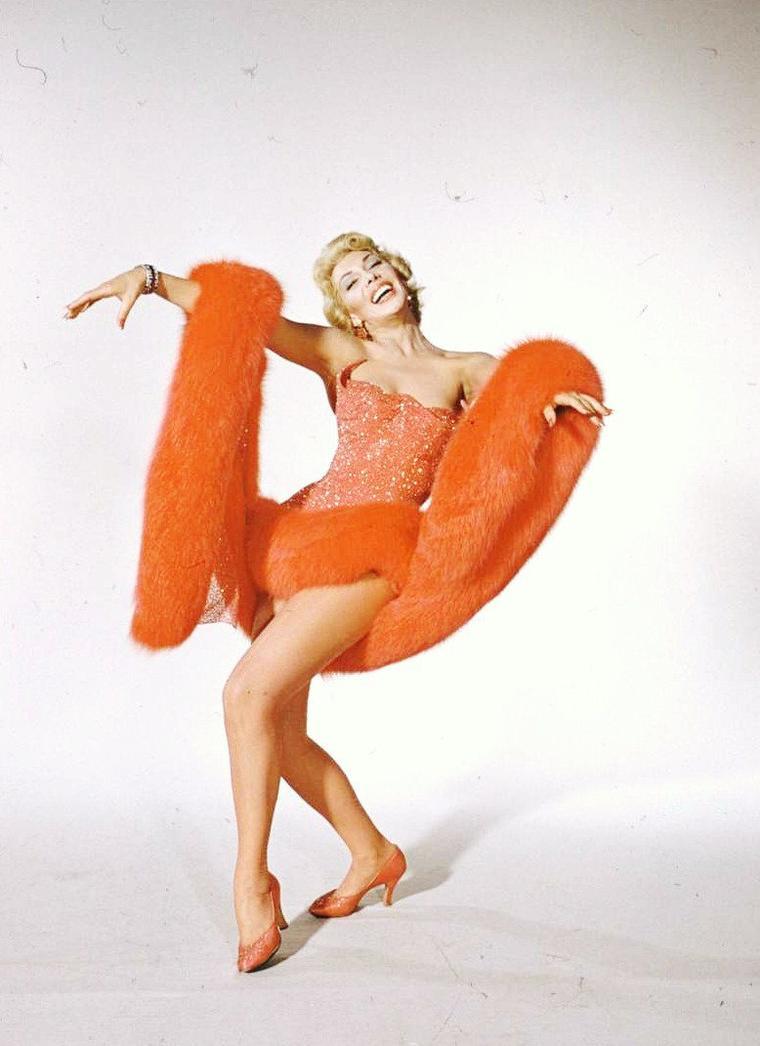 """Cyd CHARISSE et Dolores GRAY dansant pour des photos promotionnelles du film """"Beau fixe sur New-York"""" en 1955 de Gene KELLY et Stanley DONEN. Photos signées Loomis DEAN."""
