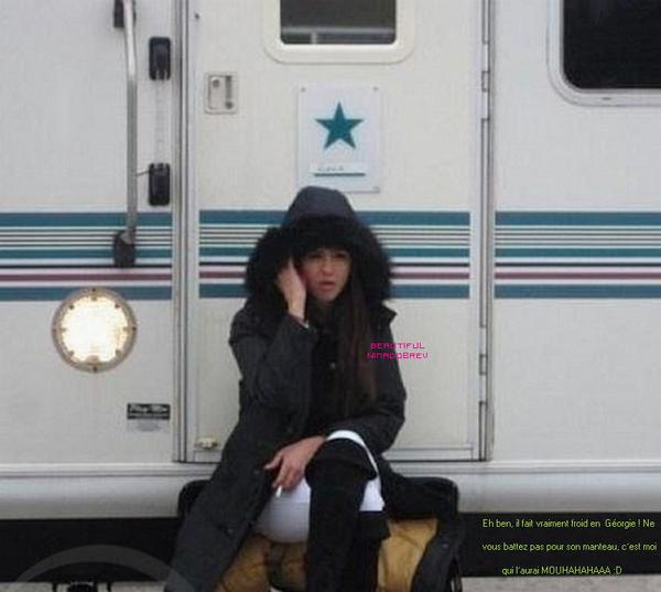 Photo de Nina prise sur le tournage de TVD + Captures d'écran du photoshoot réalisé lors Comic Con pour le TV Guide Magazine + Vidéo du photoshoot [On voit le cast de TVD de 0.44 à 0.52]