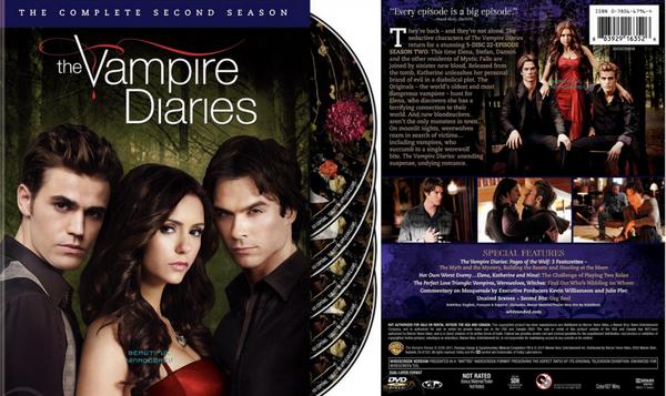 """La saison deux de """"The Vampire Diaries"""" sera bientôt disponible en Blue-Ray & DVD (Aux USA). Dans les images, nous pouvons voir les faces avant et arrière de la pochette du DVD où il y a une description de la saison et quelques photos de celle-ci."""