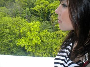 J'ouvre mes bras pour t'enlacer mais c'est ton ombre que je serre.