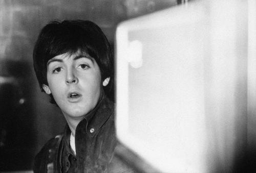 "Paul McCartney en 1965, sur le tournage du film ""Help !"" (pendant la chanson 'You're Gonna Lose That Girl')"