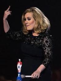 """Adele au Brit awards 2012 , gagnant le brit de la meilleur chanteuse britanique et le brit du meilleur album de l'année avec """"21"""" ."""