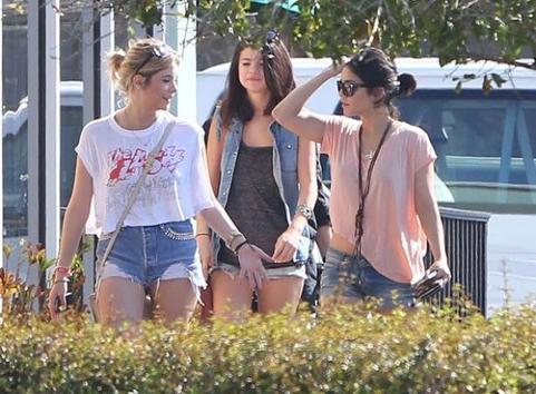 Vanessa Hudgens, Selena Gomez et Ashley Benson s'amusent en se baladant dans la Floride et sur le tournage de Spring Breakers !