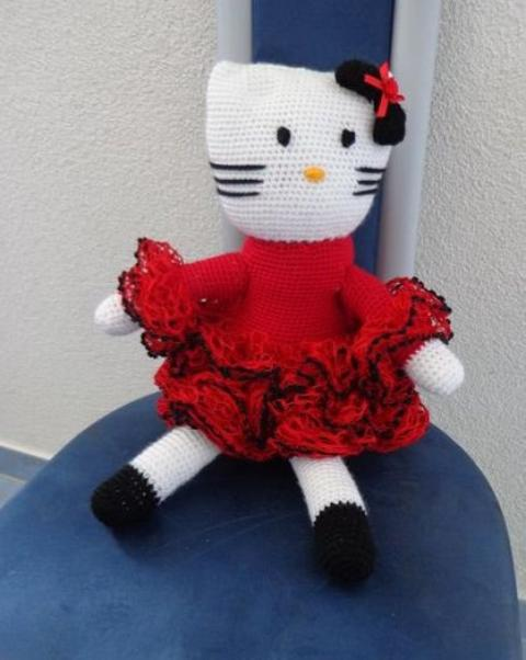 Hello Kitty ...... Géante .......au crochet ......