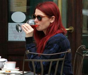Ashley Greene con el pelo rojo