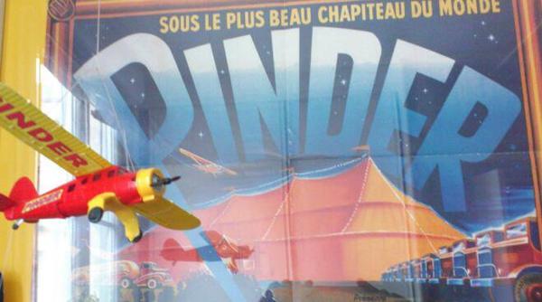 La parade arrive : d'abord elle est survolée par l'avion publicitaire Pinder